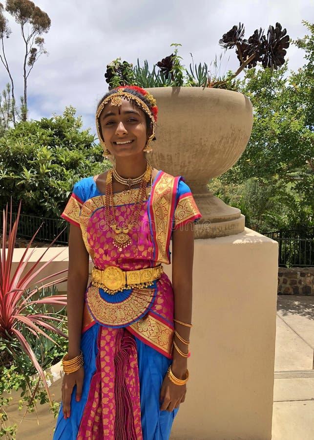 Indisk flicka som bär traditionella Sari Dress Clothing och dekorativa Indien smycken arkivfoto