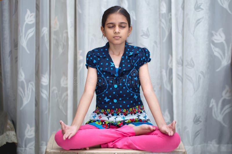 Indisk flicka som gör yoga och pranayam arkivfoto