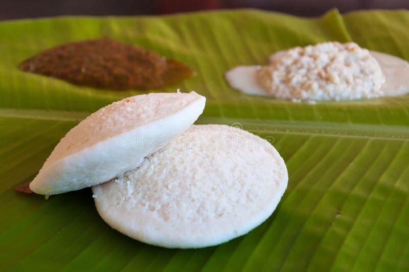 Indisk frukost Idli på palmbladet arkivbilder