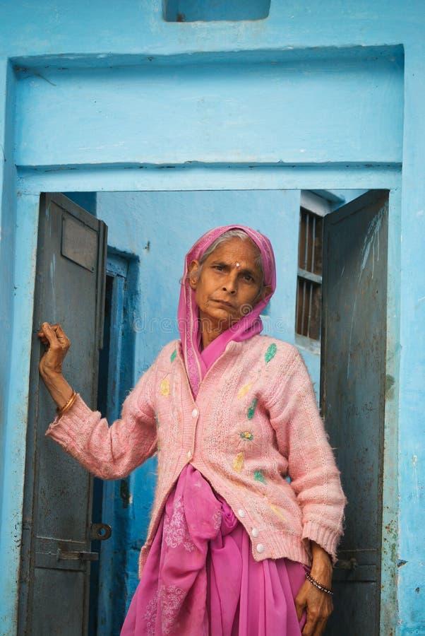 indisk gammal trött kvinna royaltyfri bild