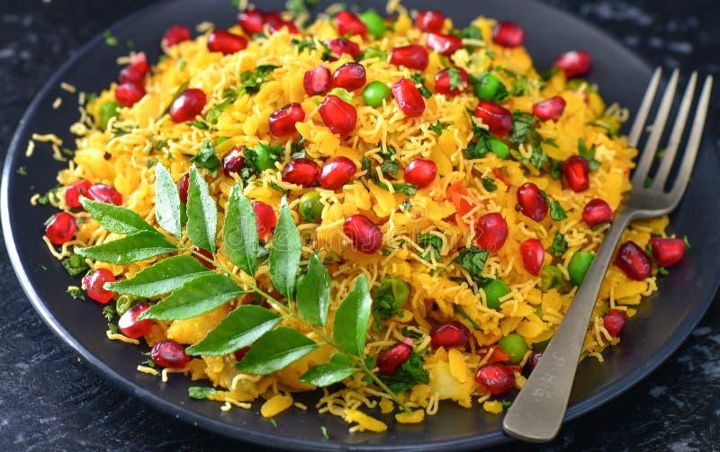 Indisk glutenfreestrikt vegetarianfrukost - Poha royaltyfria bilder