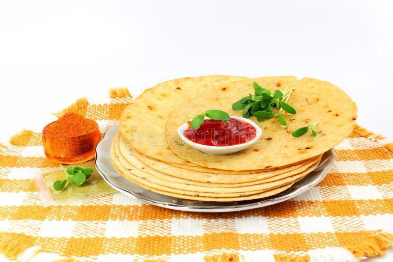 Indisk gujratimellanmålkhakhra eller frasigt frasig chapatibröd för roti eller royaltyfri fotografi