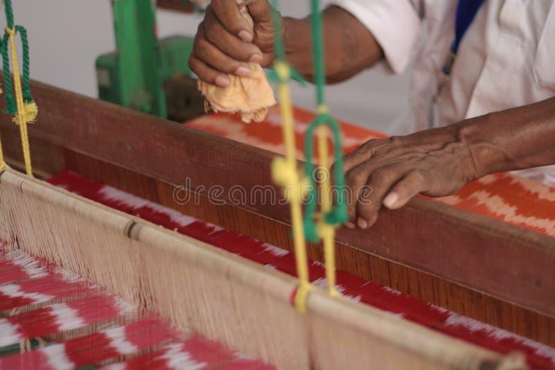 Indisk hög man som förestående arbetar vävstolen royaltyfri foto