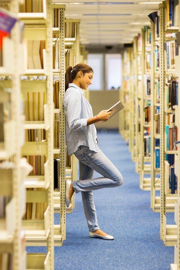 Indisk högskolaflicka som läser en bok royaltyfri fotografi