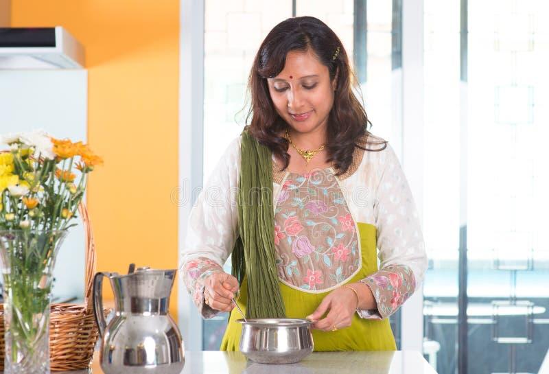 Indisk hemmafru som förbereder mat royaltyfria bilder