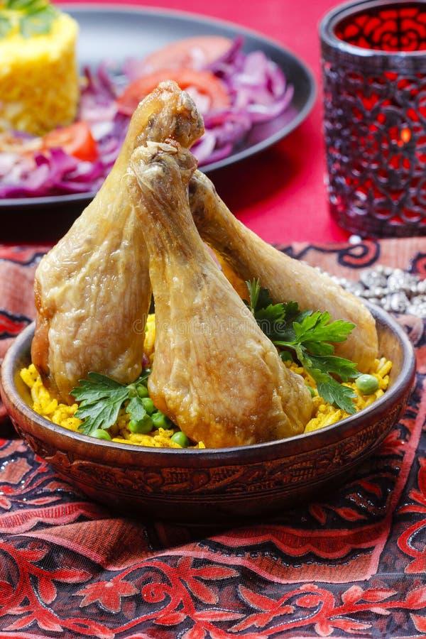 Indisk kokkonst: grillad höna med ris och gröna ärtor arkivfoton