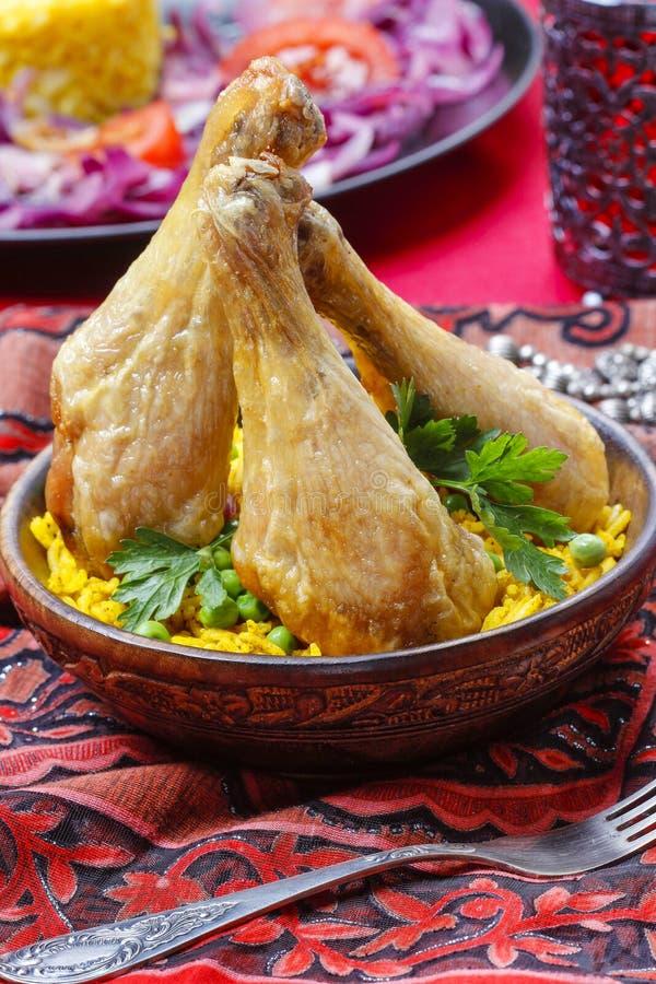 Indisk kokkonst: grillad höna med ris och gröna ärtor arkivbild