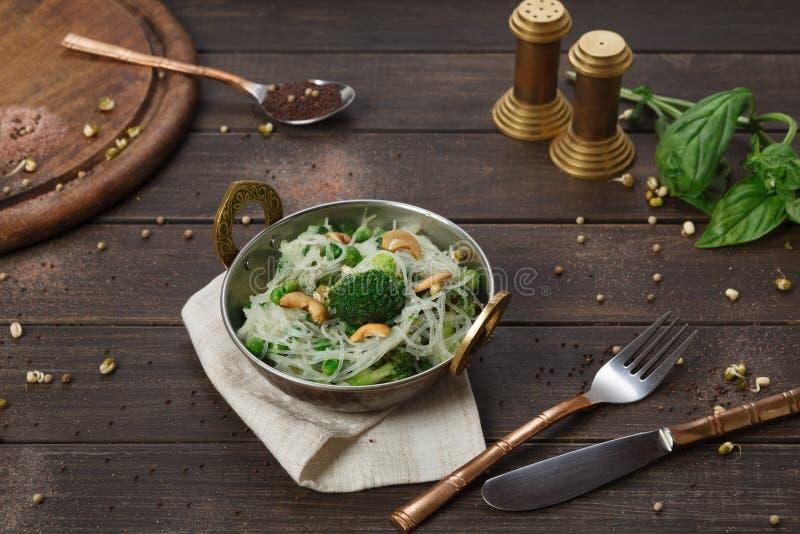 Indisk kokkonstmaträtt för strikt vegetarian och för vegetarian, kryddigt ris med grönsaker arkivfoto