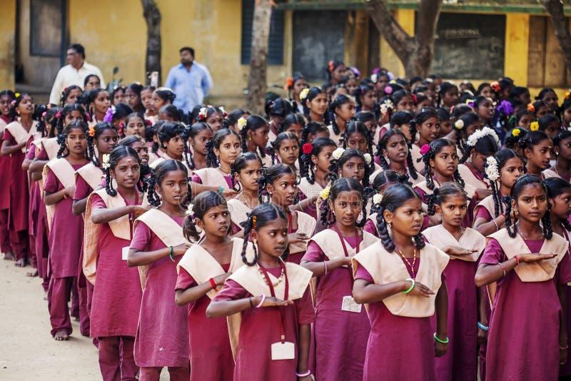 Indisk kommunal skola, barn i skolalikformig som hälsar ny dag royaltyfri fotografi