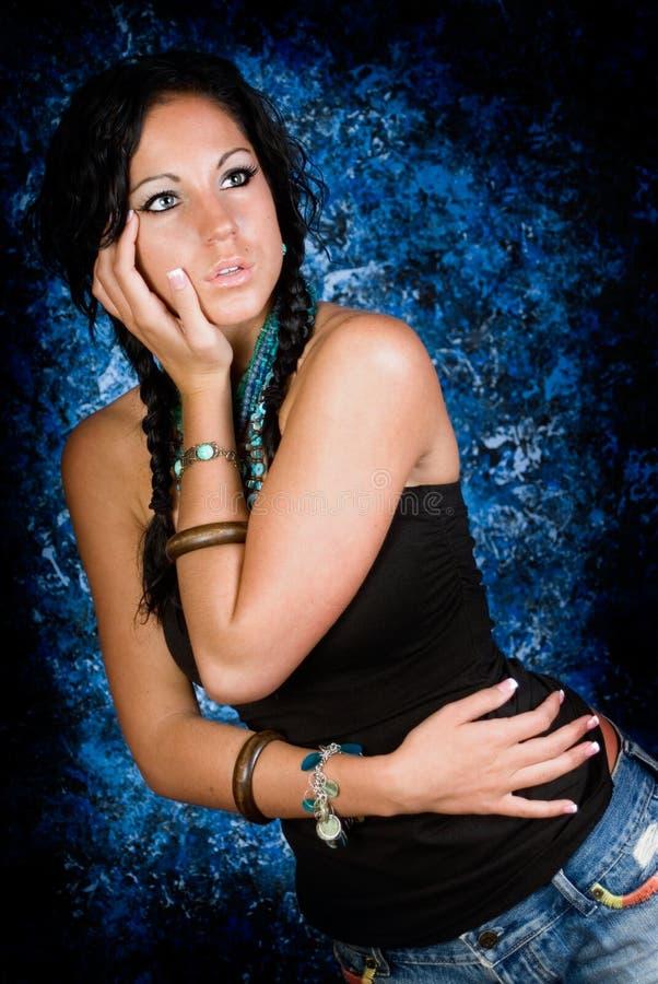 Indisk kvinna för sexig flickaindian med flätade trådar royaltyfria bilder