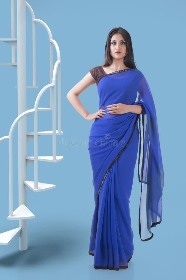 Indisk kvinna i den blåa Georgette sareen royaltyfri fotografi