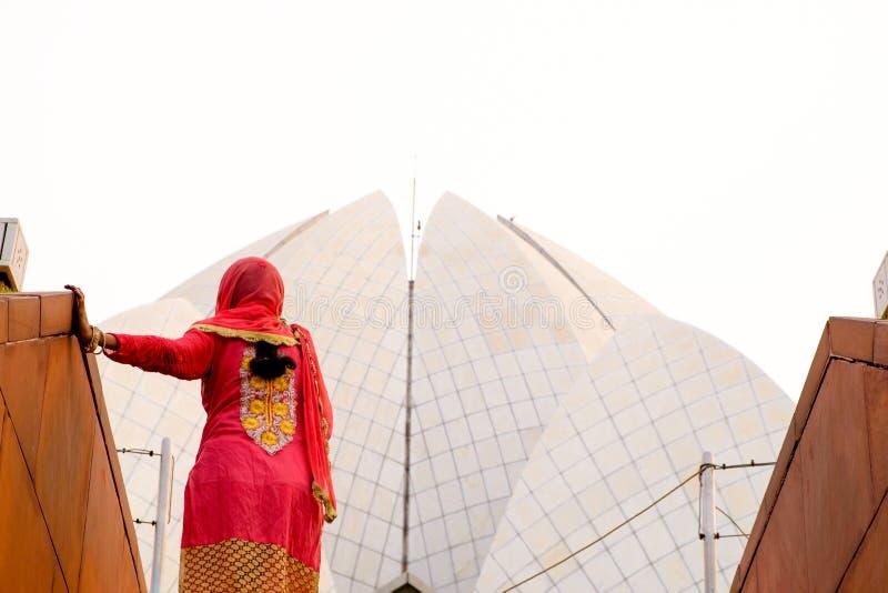 Indisk kvinna i sari som går in mot lotusblommatemplet i delhi Indien royaltyfria foton
