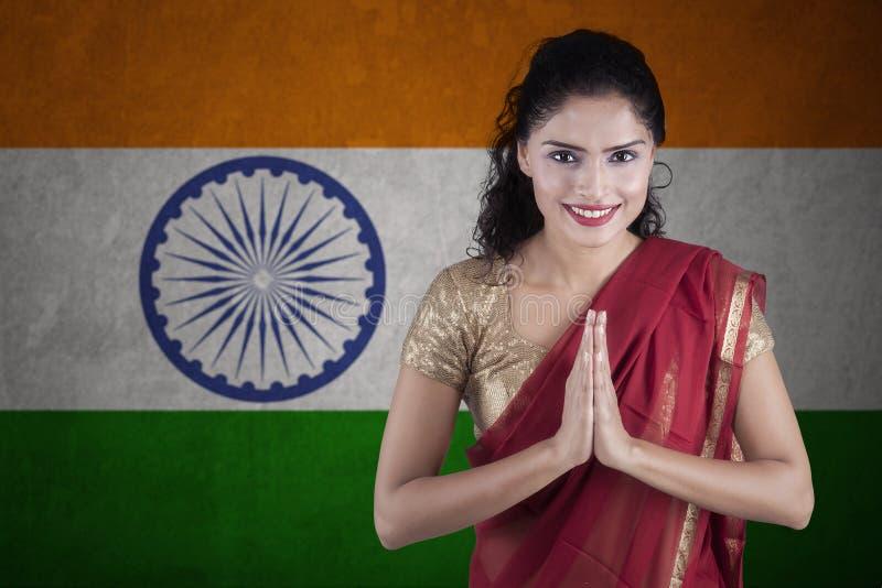Indisk kvinna med flaggan av Indien royaltyfri foto