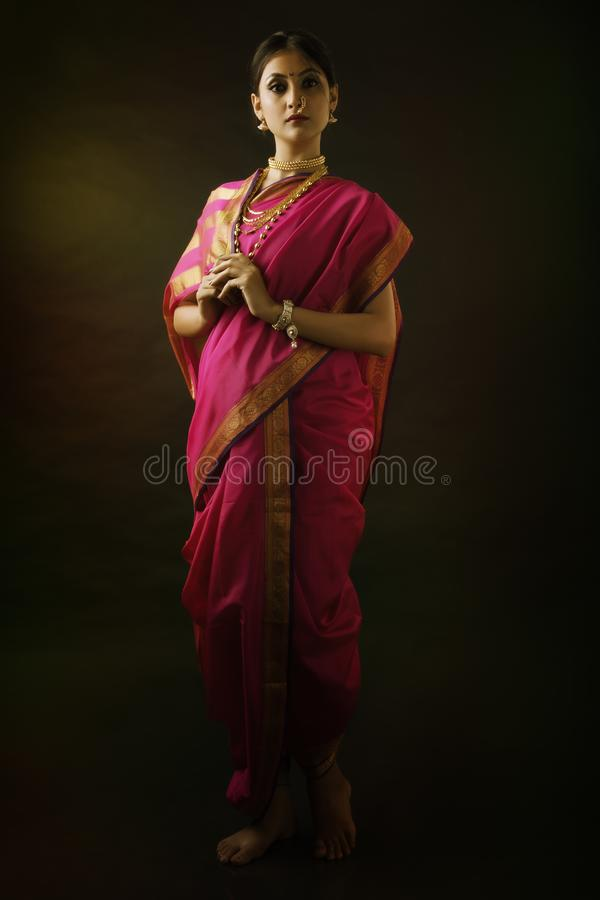 Indisk kvinna med traditionellt brud- smink och smycken arkivbilder