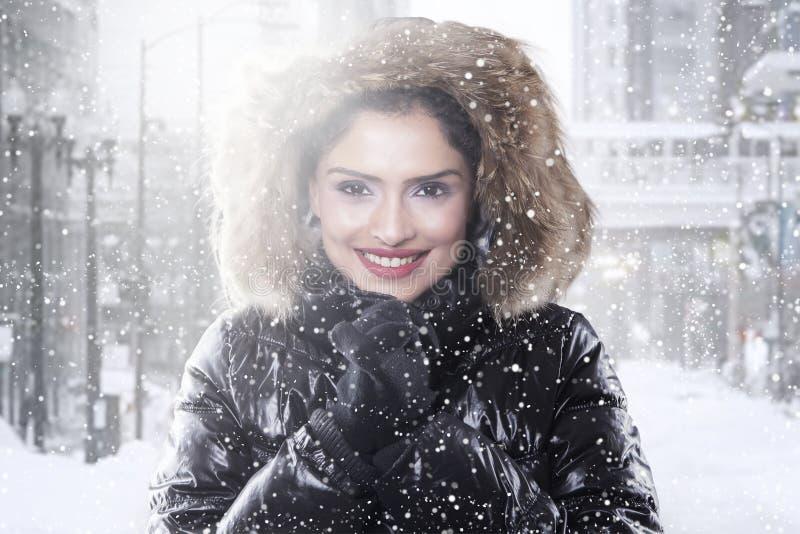 Indisk kvinna med vinterlaget på vägen royaltyfria foton