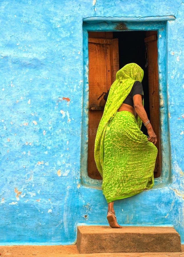 Indisk kvinna som skriver in dörren royaltyfri foto