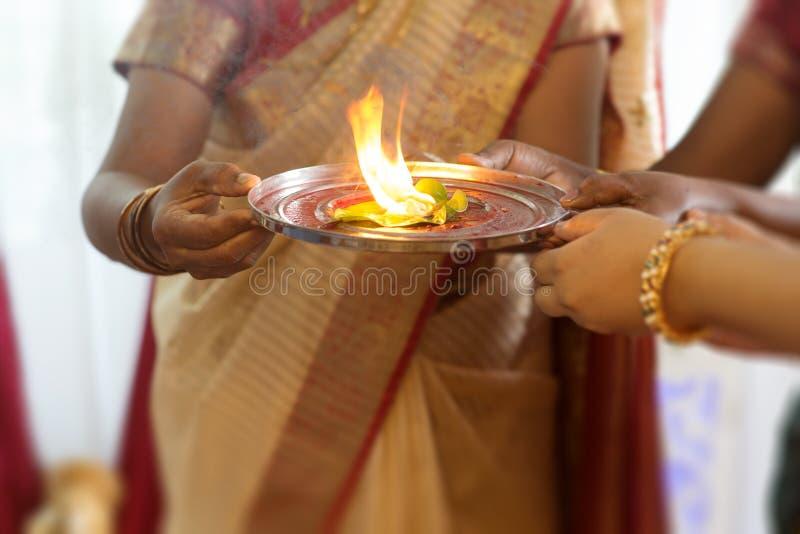 Indisk kvinna som utför speciala ritualer arkivbilder
