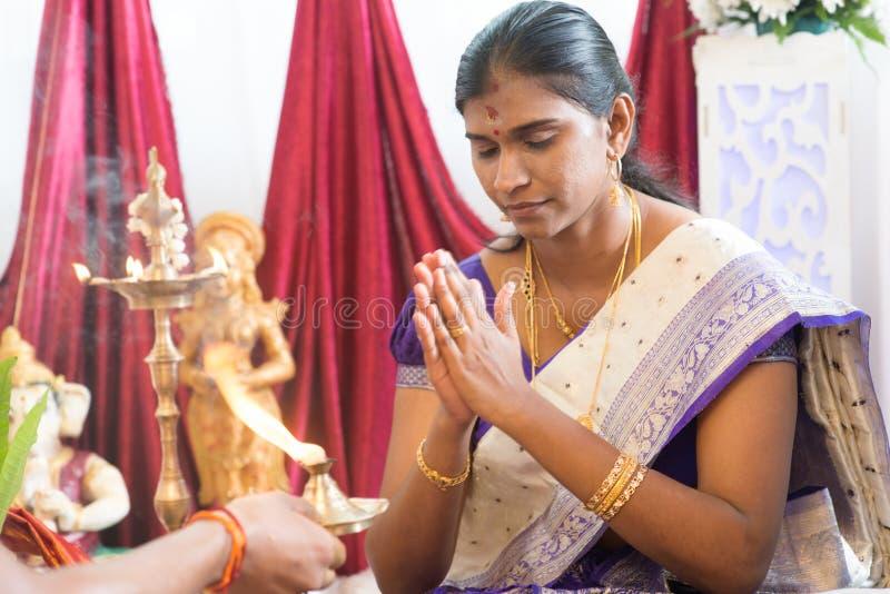 Indisk kvinnlig bön royaltyfria bilder