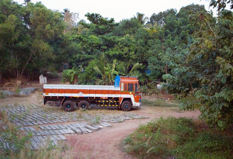 Indisk lastbil i område runt om hus arkivbilder
