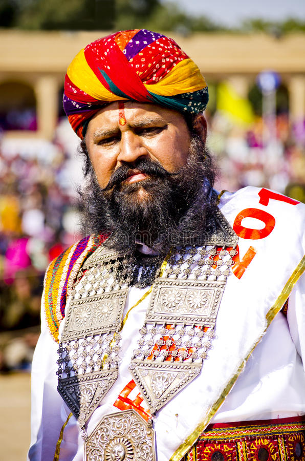 Indisk man i traditionellt klänningdeltagande i herr Desert Competition royaltyfri fotografi