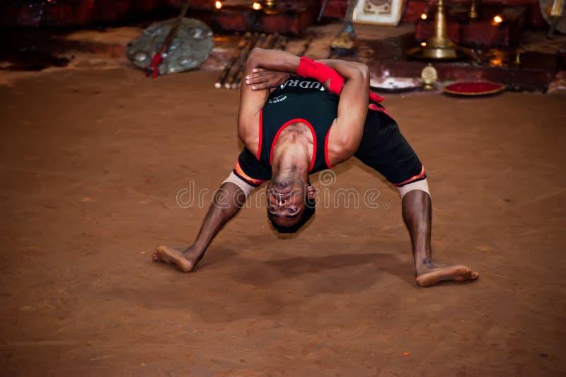 Indisk man, Kalaripayattu förlage som utför traditionell forntida kampsport Indien Kerala royaltyfria bilder