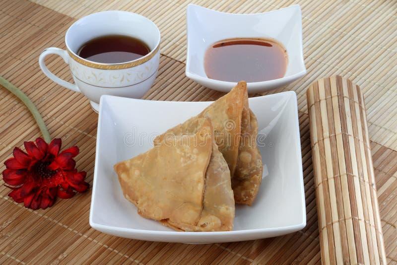 Indisk mat kryddiga Samosa med te och chutney royaltyfria foton