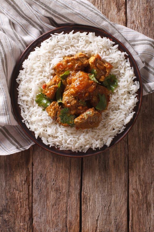 Indisk mat: Madras nötkött med basmati ris Vertikal bästa sikt royaltyfri foto