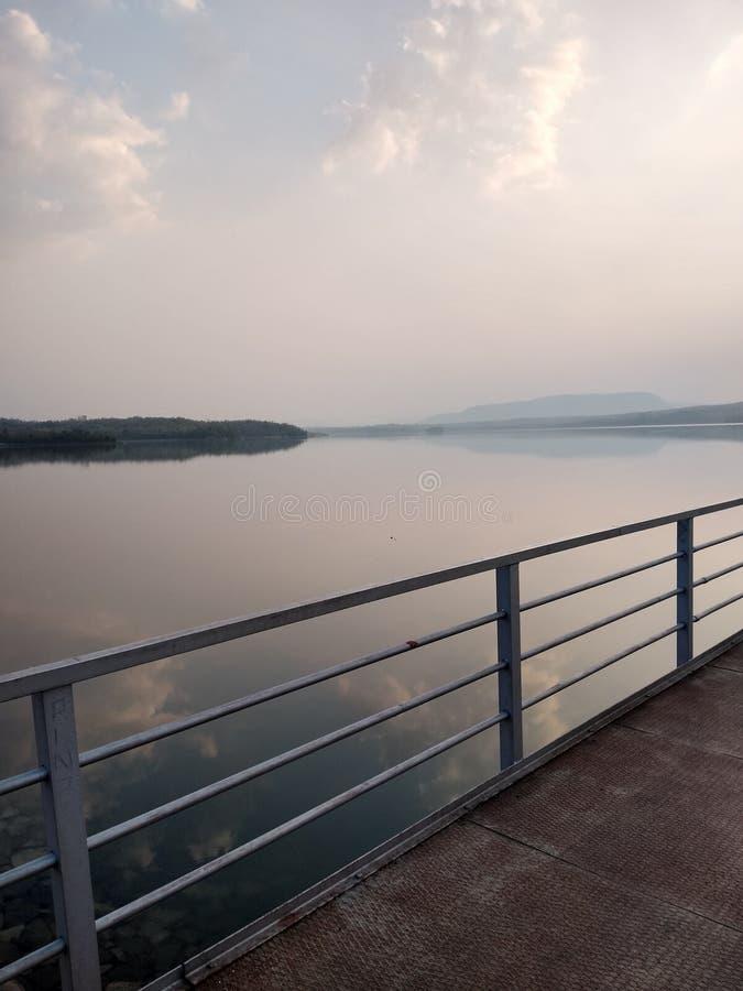 Indisk naturlig cenery nära en flod arkivbild