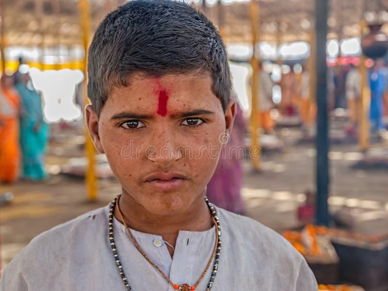 Indisk pojke i Haridwar royaltyfri fotografi