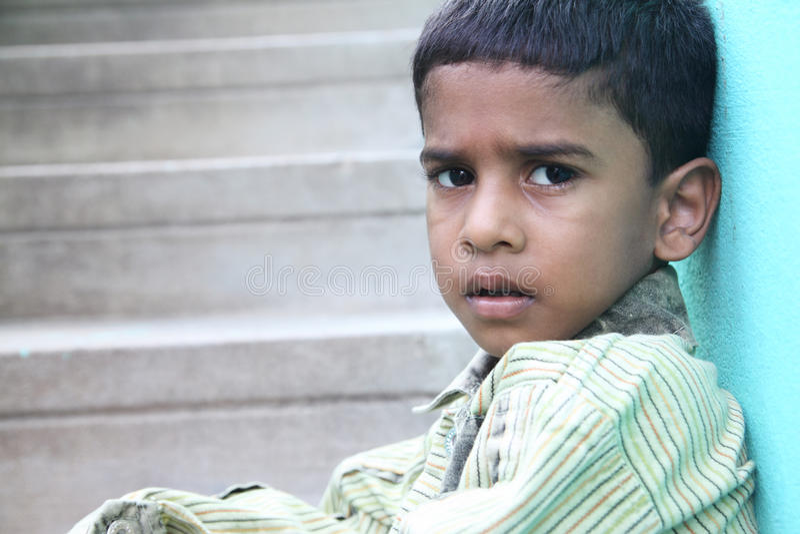 indisk pojke little som är SAD arkivfoton
