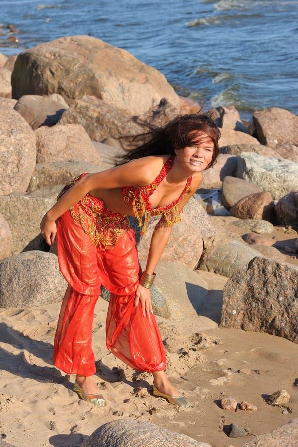 indisk posera kvinna för klänning royaltyfria bilder