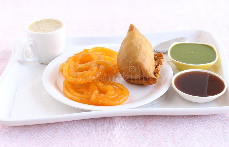 Indisk söt mat Jalebi och välsmakande maträtt Samosa royaltyfri fotografi