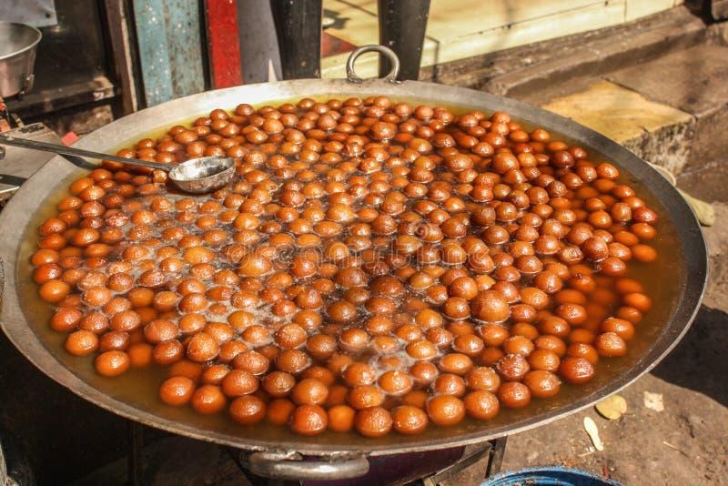 Indisk sötsak: Gulab Jamun (Sugar Syrup Balls) arkivbilder