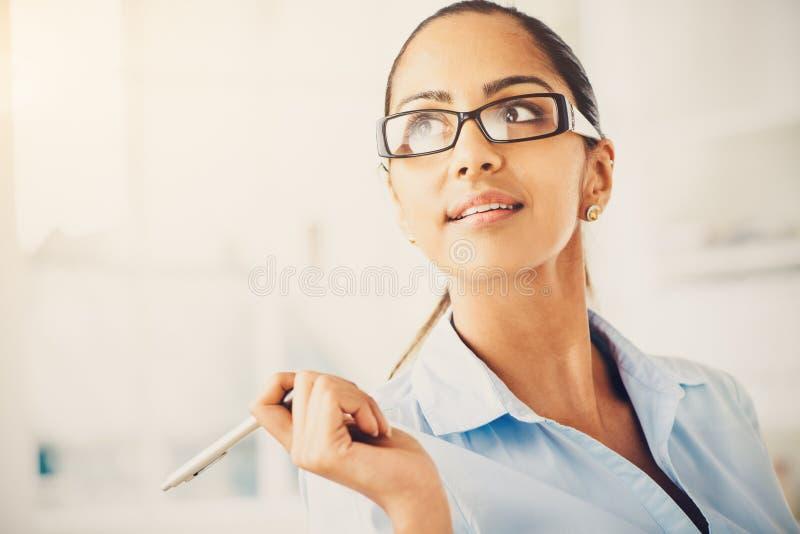 Indisk tänkande framtid för affärskvinna arkivbild
