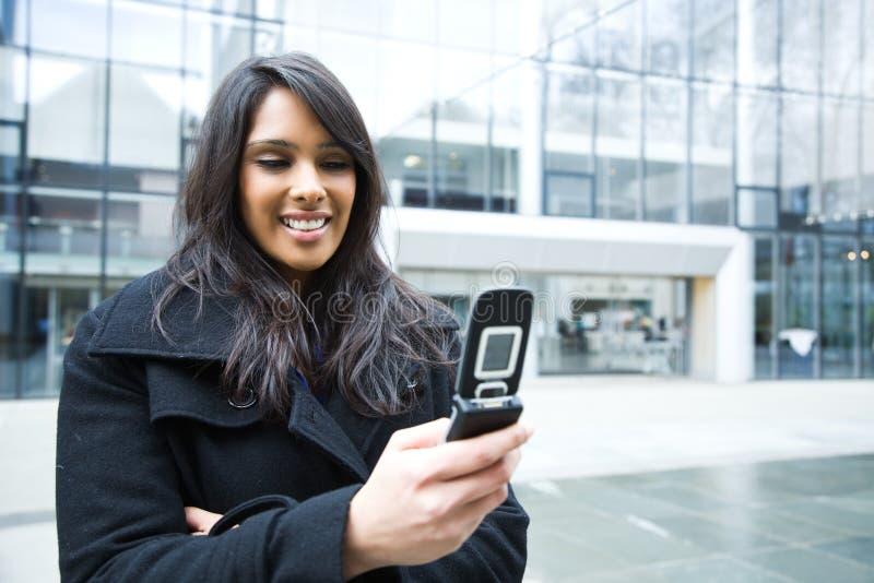 indisk telefon för affärskvinna som texting royaltyfria foton