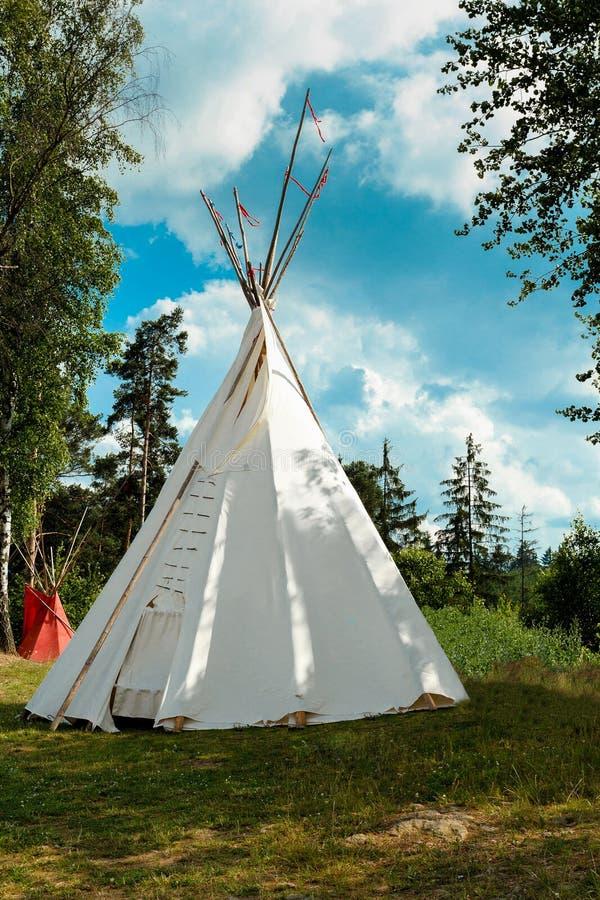 En tipi, koniskt tält fotografering för bildbyråer. Bild av