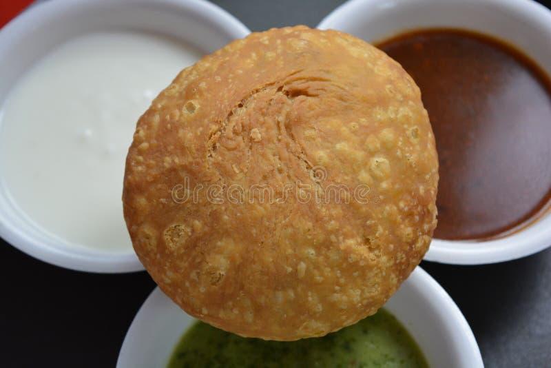Indisk traditionell kachori med chutney arkivfoto