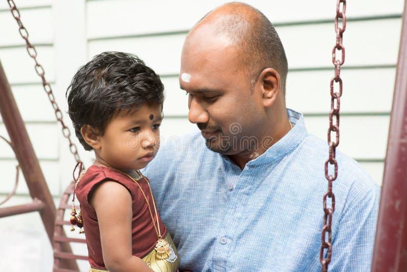 Indisk utomhus- förälder och barn royaltyfri bild
