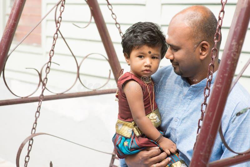 Indisk utomhus- stående för fader och för dotter royaltyfri bild