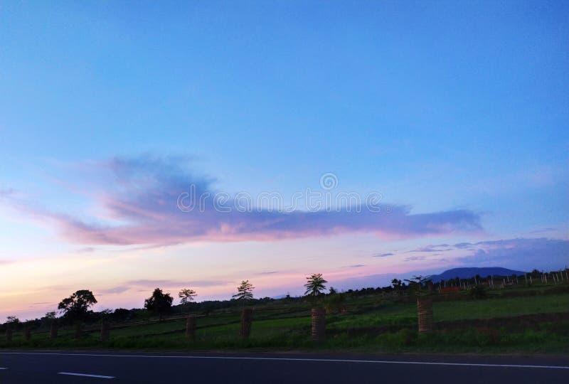 Indisk village& x27; molnig himmel för s royaltyfri foto