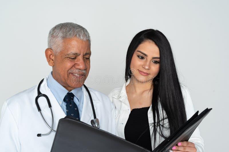 Indisk vit bakgrund f?r doktor With Patient On arkivfoto