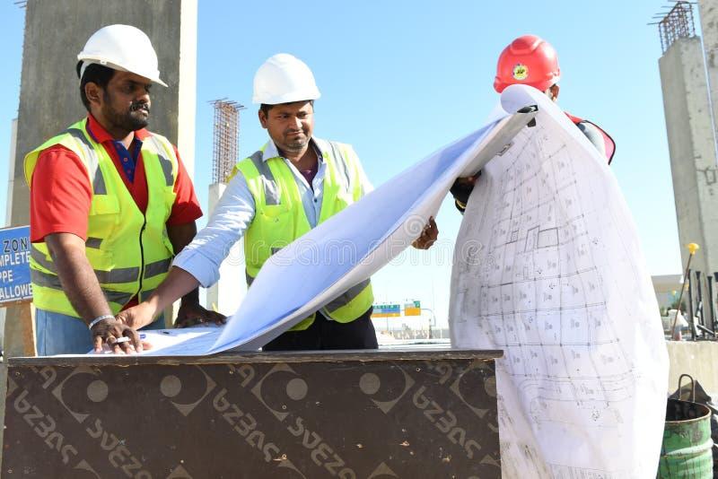 Indiska arbetarteknikerer arbetar på konstruktionsplatsen arkivfoto