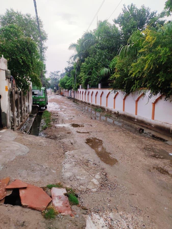 Indiska byvägar i monsun royaltyfria foton