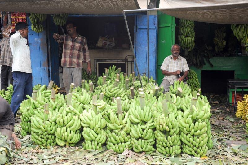 Indiska försäljare med bananen stannar i den Devaraja fruktmarknaden arkivbilder