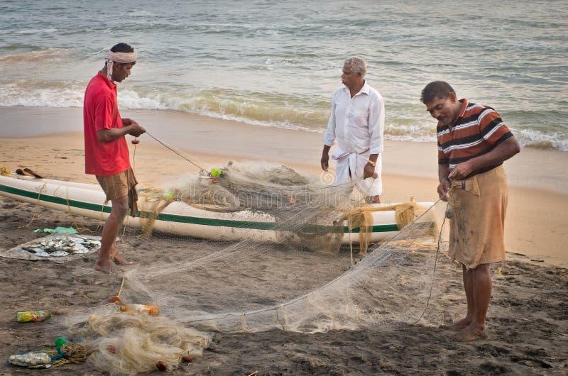 Indiska fiskare i Varkala Kerala india royaltyfria bilder