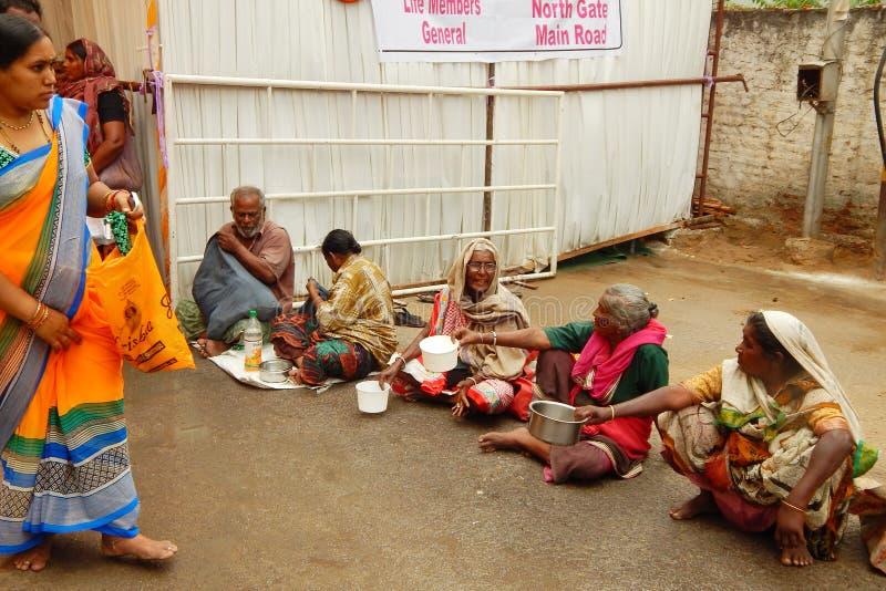 Indiska hinduiska kvinnor tigger framme av templet royaltyfria bilder