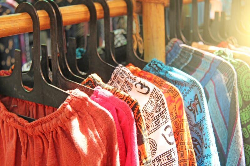Indiska kläderflåsanden hänger på en hängare och säljs i marknadsbasaren Bomullsflåsanden Indien royaltyfri foto