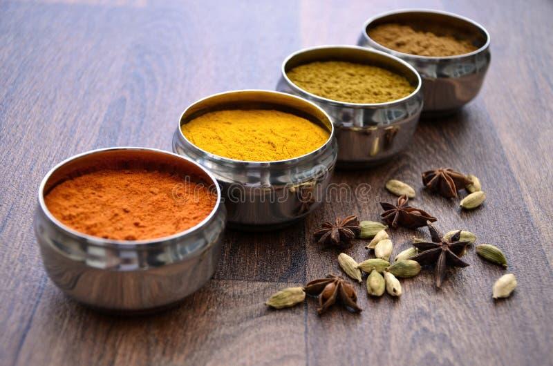 Indiska kryddakrukor för silver på trä arkivbild