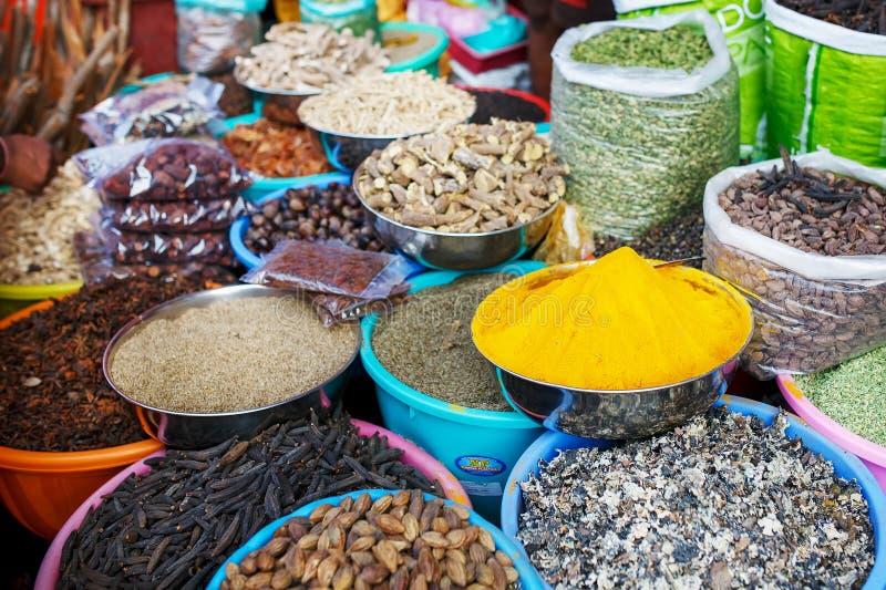 Indiska kulöra kryddor på den lokala marknaden En variation av kryddor av olika färger och skuggor, anstrykningar och texturer på royaltyfri bild