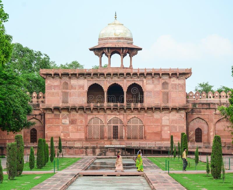 Indiska kvinnor med sareen besöker porten av Taj Mahal i Agra, Indien royaltyfria foton